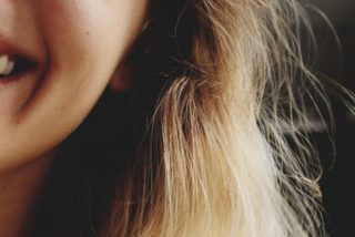 髪の毛の途中から白髪のナゼ?髪の色のメカニズムと対処法