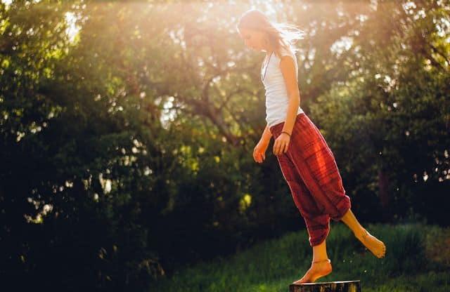 【生理前の白ニキビを予防】ホルモンバランスの関係と肌荒れ対処法まとめ