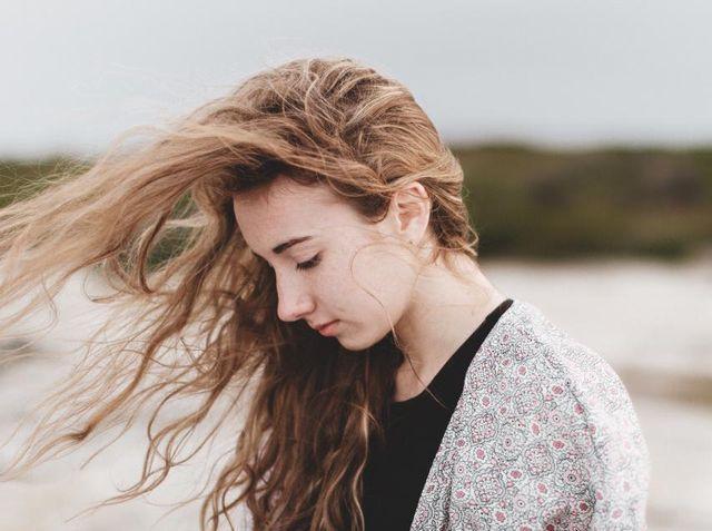 縮毛矯正は薄毛の原因になるの?縮毛矯正後の抜け毛予防