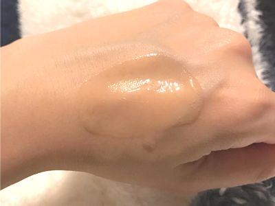 ②《美容液》薬用VCエッセンスを2~3プッシュを肌に塗る