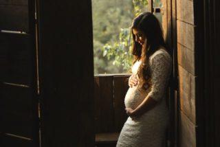 妊娠中に安心して白髪を染めるには?白髪NGの悩める妊婦さんに教えます