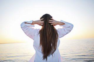 後頭部の白髪が多いのはどうして?気になる原因と自分で上手に染める方法